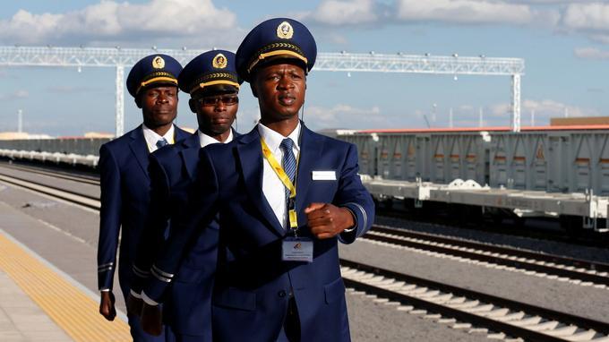 Des agents de chemin de fer s'apprêtant à accueillir le train SGR au terminal de Niarobi.