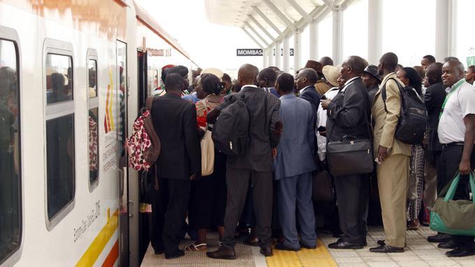 Les Kenyans montent pour la première fois à bord du «train de la liberté», à Mombasa.
