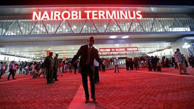 Des passagers sortent du terminus de Nairobi, le 31 mai.