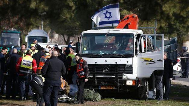 Le camion-grue qui avait attaqué des soldats israéliens à Jérusalem, le 8 janvier 2017. Crédits photo: AHMAD GHARABLI/AFP