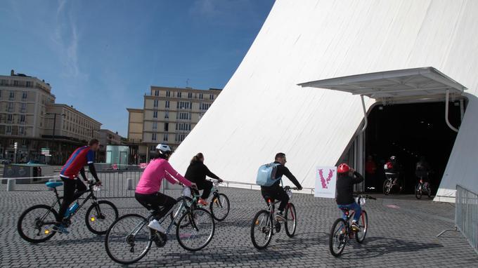 Prêts à pédaler dans le Volcan, au Havre. © Vélotour