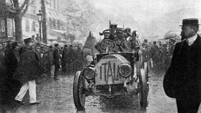 L'entrée dans Paris du victorieux prince Borghèse sur son Itala, le 10 août 1907.
