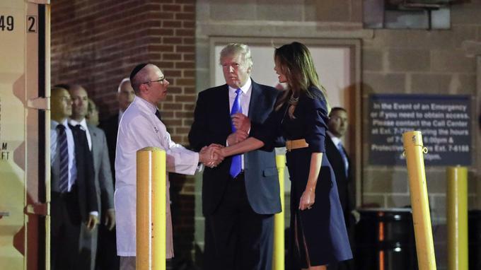 Touché d'une balle à la hanche, Steve Scalise a été opéré en urgence à l'hôpital George Washington, où il a reçu la visite de Donald Trump et son épouse.