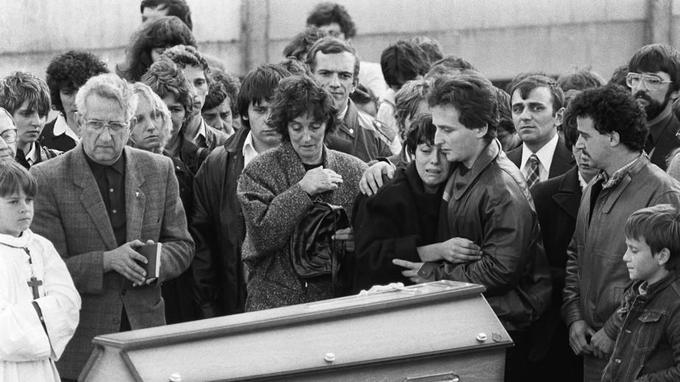 Les parents de Grégory, pleurant devant le cercueil de leur fils, le 20 octobre 1984 à Lépanges-sur-Vologne.