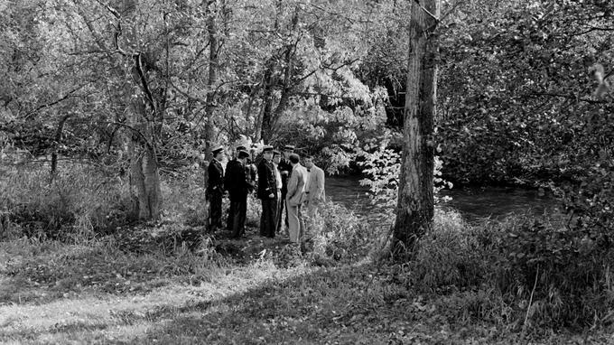 Le 16 octobre 1984, le corps de Grégory Villemin, 4 ans, est découvert dans la Vologne (Vosges), pieds et mains liés. Son oncle a reçu quelques heures plus tôt l'appel téléphonique d'un «corbeau» revendiquant l'assassinat. Le lendemain, les parents reçoivent une lettre anonyme : «Ton fils est mort. Je me suis vengé.» Ici, le juge Jean-Michel Lambert (4ème à droite) et le procureur de la République d'Epinal Jean-Jacques Lecomte (à droite) discutent avec les gendarmes, le 18 octobre 1984, sur les lieux de la découverte du corps.