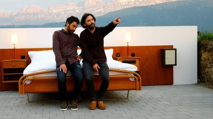 Les frères jumeaux Frank et Patrik Riklin, créateurs de l'hôtel «zéro étoiles».