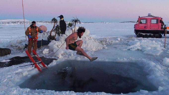 L'électricien Bryce Daniels, un des 15 à s'être jeté à l'eau, a qualifié «d'extraordinaire» son bref plongeon.