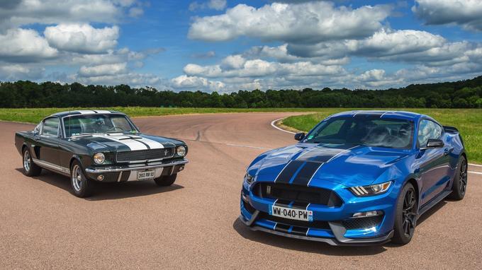 À gauche, la sublime Shelby GT 350 originale de 1965, à droite sa descendante signée Ford Performance.