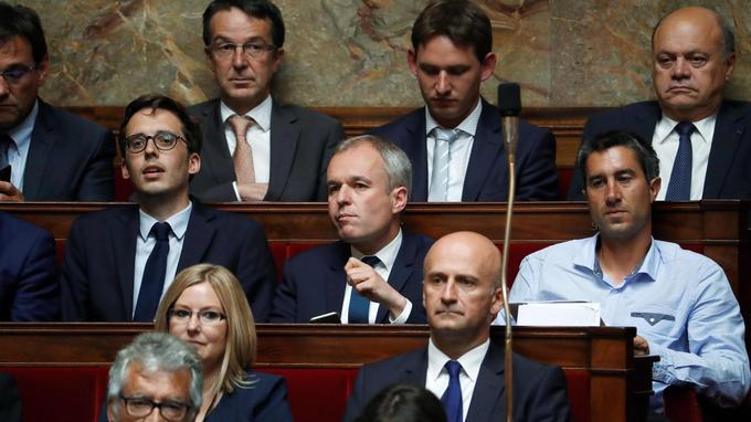 Le député François Ruffin a participé sans veste de costume à la première séance, au milieu de ses collègues et à côté de François de Rugy, élu par la suite président de l'Assemblée.