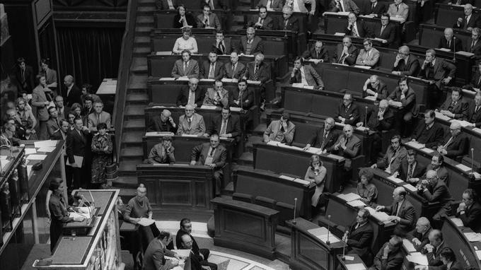 Devant une Assemblée nationale qui ne compte alors que 9 femmes, elle prononce l'un des discours les plus controversés de la Ve République.
