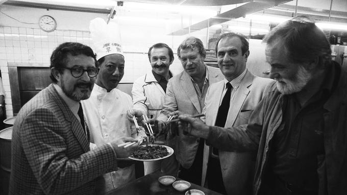 Alain Senderens (à gauche) dans les cuisines d'un restaurant hongkongais en 1981, en compagnie de ses amis Jean Troisgros, HenriGault, Paul Bocuse et Yves Thuries