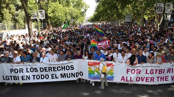 Selon les organisateurs, la parade pourrait réunir un à deux millions de personnes dans la capitale espagnole.