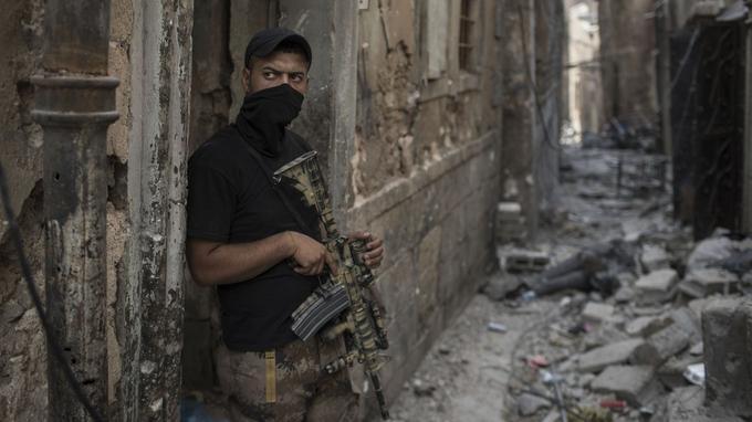 Un soldat irakien positionné dans une allée, prêt à avancer dans la ville.