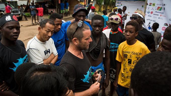 Brett Davies prodigue ses derniers conseils aux surfeurs avant la compétition.