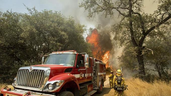 Les pompiers luttent contre les flammes à Oroville, en Californie. (Crédit photo: Noah Berger / AP)