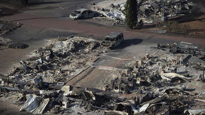 Un parc de caravanes détruit par un incendie à Boston Flats. (Crédit photo: Darryl Dyck / The Canadian Press via AP)