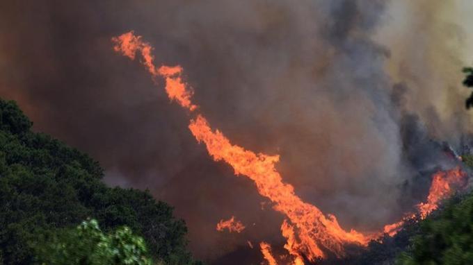 Les flammes s'élèvent à l'est de Santa Maria, en Californie. (Crédit photo: Mike Eliason/Santa Barbara County Fire Department via AP)