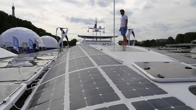 Marin Jarry, le co-capitaine, sur les 130m² de panneaux solaires. <i>Crédits photo: YB.</i>