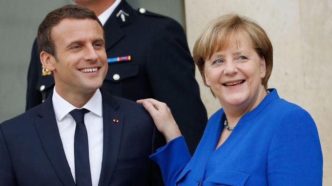 Emmanuel Macron et Angela Merkel quittent l'Élysée, jeudi, après le Conseil des ministres franco-allemand.