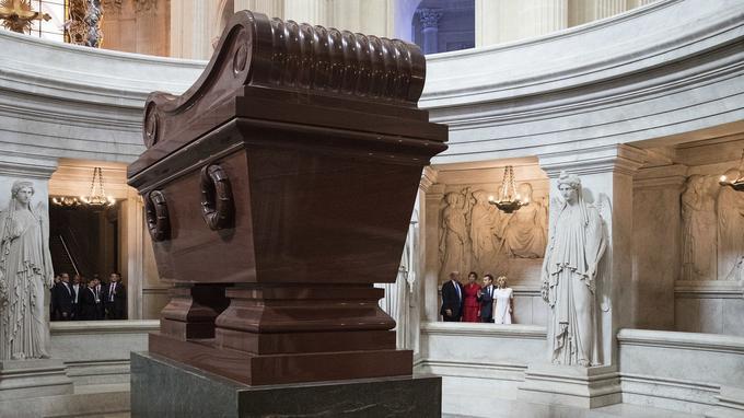 Les couples présidentiels devant le tombeau de Napoléon.