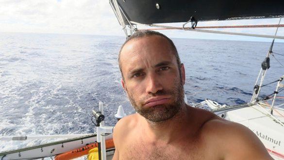 Pas un souffle d'air, rien, pas une risée pendant des jours … Le moral du skipper de Newrest-Matmut est en chute libre