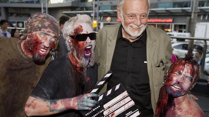 George A. Romero avec des fans grimés en zombies, en 2009, au Festival international du film de Toronto.