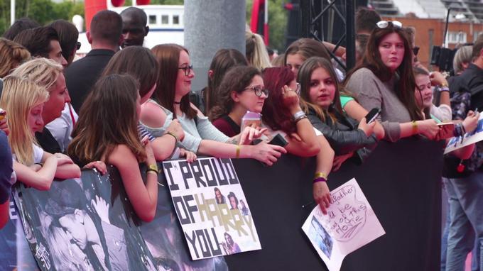 Parmi les personnes venues assister au tapis rouge, de nombreuses fans du chanteur des One Direction avaient fait le déplacement. Crédits: Thibault Izoret Masseron/Jérémy Ponthieux - Le Figaro - 2017