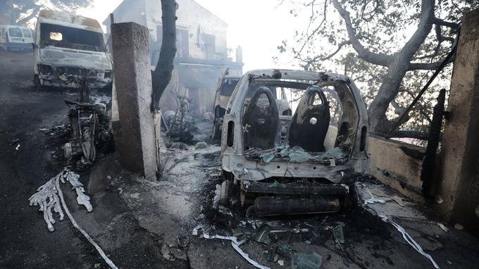 Véhicule détruit à Carros.