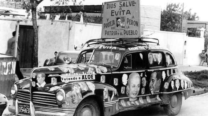 Une voiture électorale clame son soutien à Eva Peron qui va être opérée en 1951.