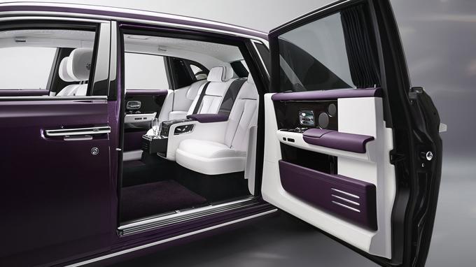 La version rallongée soigne les passagers arrière qui peuvent bénéficier d'un bar réfrigéré et de sièges individuels.