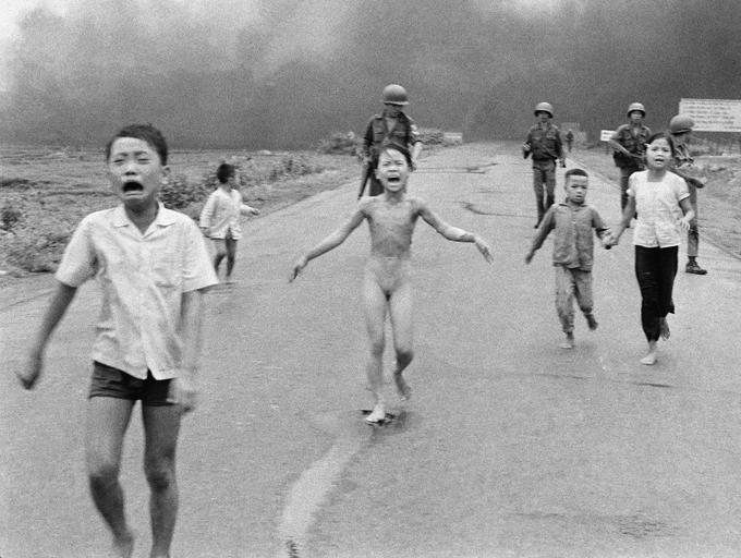 Jeune fille vietnamienne courant nue sur une route après un bombardement américain au napalm en 1972