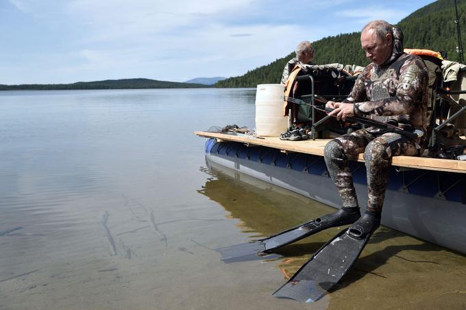 Le président russe, en tenue de plongée, se prépare pour aller pêcher.