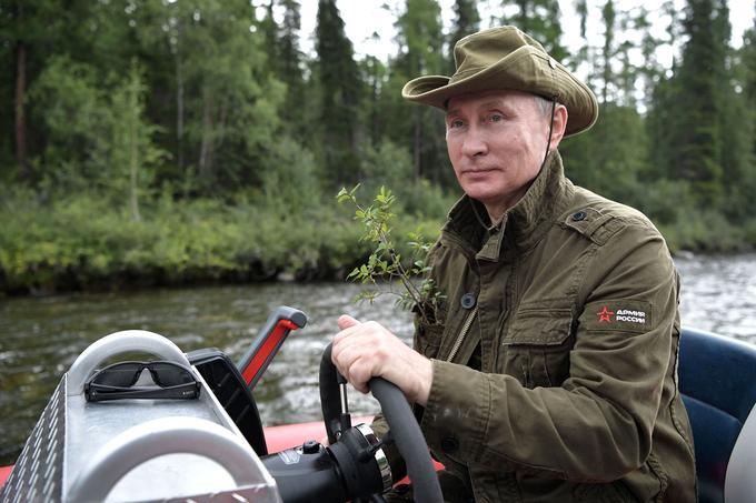 Le président russe a conduit son bâteau sur un lac de la région de Touva, en Sibérie.