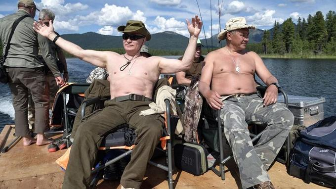 Vladimir Poutine en compagnie de son minsitre de la Défense.