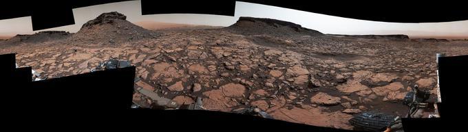 Cette image est un panorama à 360° prise sur le Mont Sharp. Au centre se situe le sud de la planète Mars et aux deux extrémités, le nord