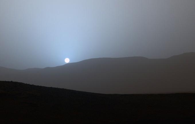 Premier coucher de soleil en couleur observé par Curiosity sur la planète rouge, le 15 avril 2015.