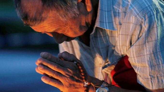 Un homme rendant hommage aux victimes du bombardement nucléaire d'Hiroshima.