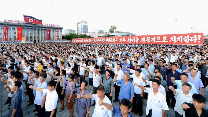 Sur ces images fournies par l'agence nord-coréenne KCNA, plusieurs milliers de personnes se sont rassemblés le 9 août à Pyongyang pour soutenir pleinement la déclaration du gouvernement de la République populaire démocratique de Corée (RPDC).