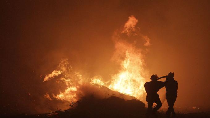 Les pompiers luttent contre les flammes en Corse.