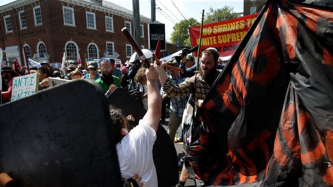 Des suprémacistes blancs et des antiracistes s'affrontent samedi matin à Charlottesville.