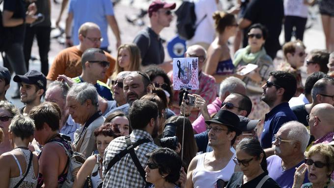 De longs applaudissements sans joie ont suivi et ce cri collectif qui s'est élevé de la foule: «nous n'avons pas peur».