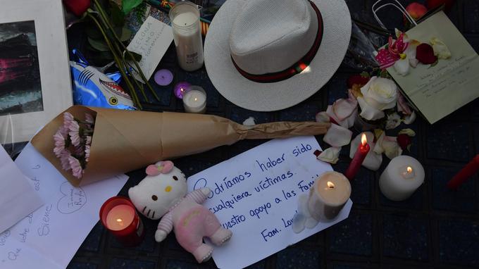 Quelques objets laissés en hommage aux victimes des attentats de jeudi. «Nous pourrions tous être des victimes. Soutien aux familles».