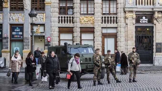 Les soldats belges patrouillent sur la Grand-Place à Bruxelles, le mercredi 14 décembre 2016. Après les attentats terroristes du 22 mars à Bruxelles, la ville est toujours en pleine alerte terroriste.