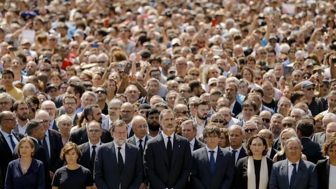 Le premier ministre Mariano Rajoy, Le roi Felipe d'Espagne, et le Président de Catalogne au premier rang