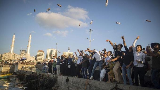 Des Palestiniens lancent des bouteilles à la mer en signe de protestation contre Israël, le 22 août 2017.