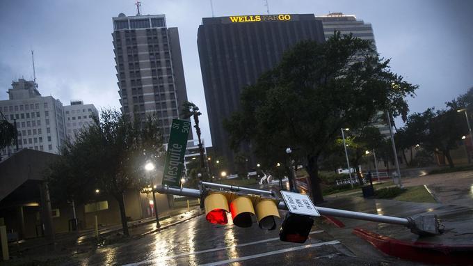 Ce feu tricolore n'a pas résisté aux vents violents d'Harvey à Corpus Christi, au Texas.