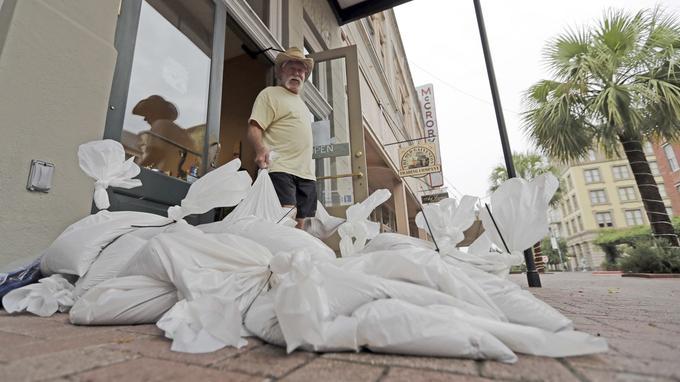 Des sacs de sable sont fournis pour empêcher l'eau de pénétrer dans les habitations en cas d'inondations.