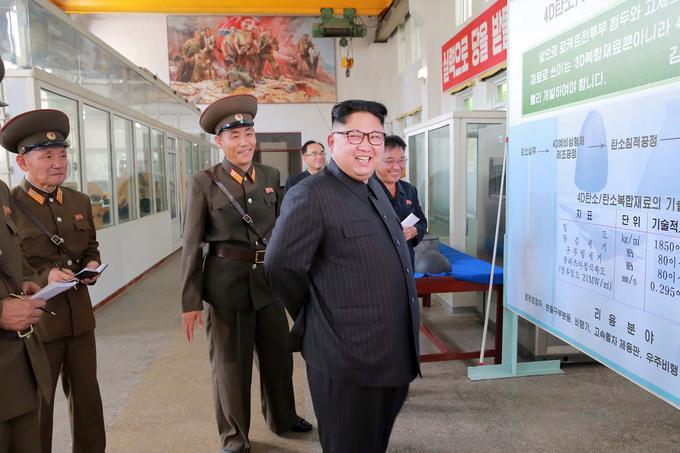 Le dirigeant nord-coréen tout sourire durant sa visite de l'Institut de matériaux chimiques de l'Académie des sciences de la défense.
