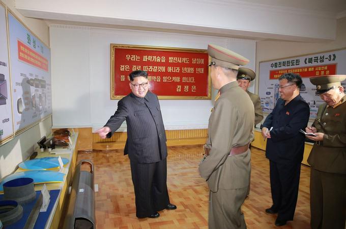 L'affiche de droite indique le nouveau nom du nouveau missile balistique «Pukgukson-3».