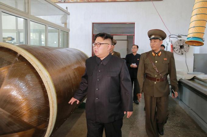 Kim Jong-un regarde l'avancée des projets de missiles.